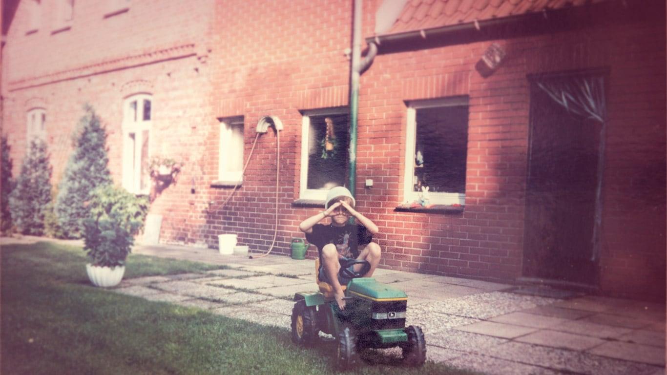 Oude foto, zitgazonmaaier, klant, tuin, kind
