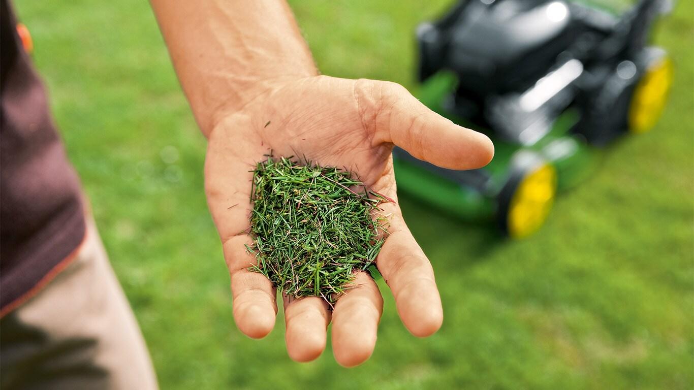 Het goede van de natuur. Het stikstofrijke maaisel wordt als natuurlijke meststof aan het gazon terug gegeven.